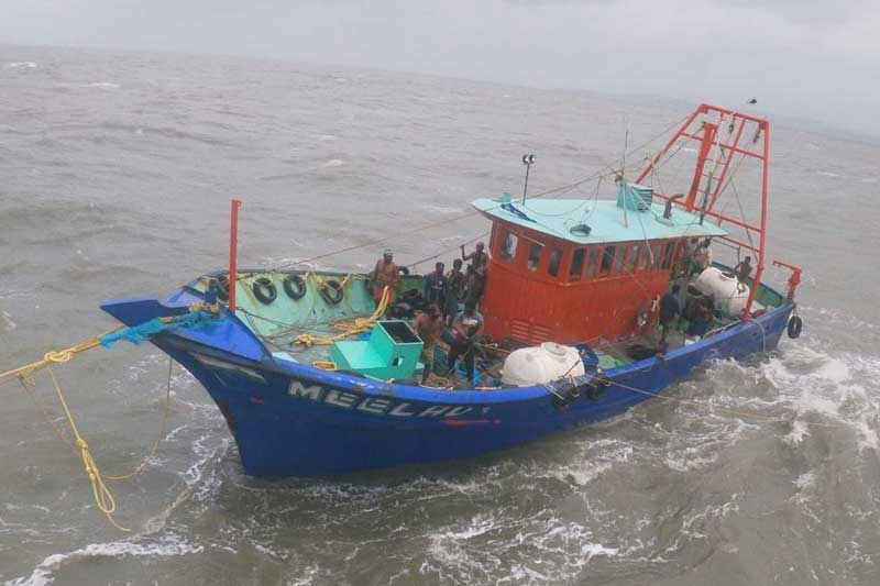 Tamil Nadu fisheries department officials said that the Sri Lankan Navy personnel hurled glass bottles and stones at the Indian fishermen.